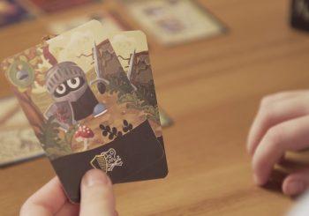 Roztomilý medvěd Wrr soupeří s piráty v zábavné karetní hře pro všechny malé školáky