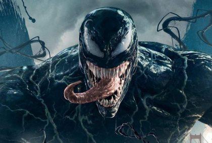 Venom: brutální antihrdina v kůži Toma Hardyho, který ve střižne rezignoval na temnotu, ale přesto pobaví
