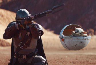 """Mandalorian: v druhém díle Star Wars seriálu zachraňují diváky od smrti nudou vtipní Jawové jedoucí na vlně nostalgie. A prudce roztomilý baby """"Yoda"""" ožívá"""