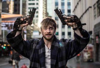 Guns Akimbo: Daniel Radcliffe odložil kouzelnickou hůlku a s pistolemi přidělanými k rukám se snaží přežít v akční online show